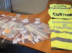 monete d'oro banconote sequestrate guardia di finanza di como