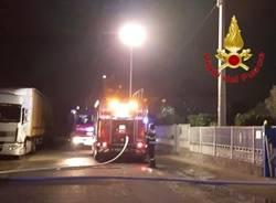 Prende fuoco un cassone dei rifiuti, incendio a Mozzate nella notte