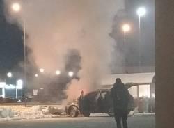 auto in fiamme a castelletto