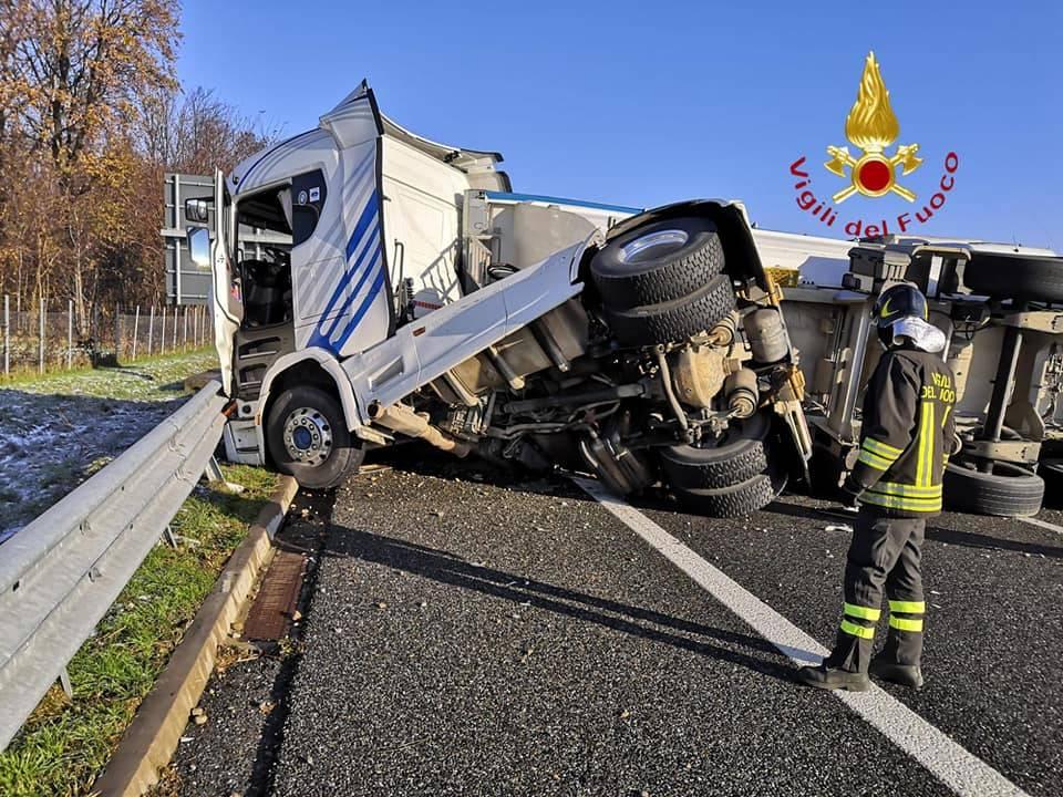 Camion ribaltato sulla A9, traffico in tilt tra Lomazzo e Fino Mornasco
