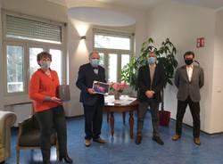 consegna tablet da fondazione comunitaria del varesotto