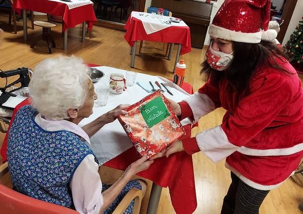Regali Di Natale Per Nonni.Consegnati Ai Nonni Della Rsa I Regali Dei Nipoti Di Babbo Natale Legnanonews