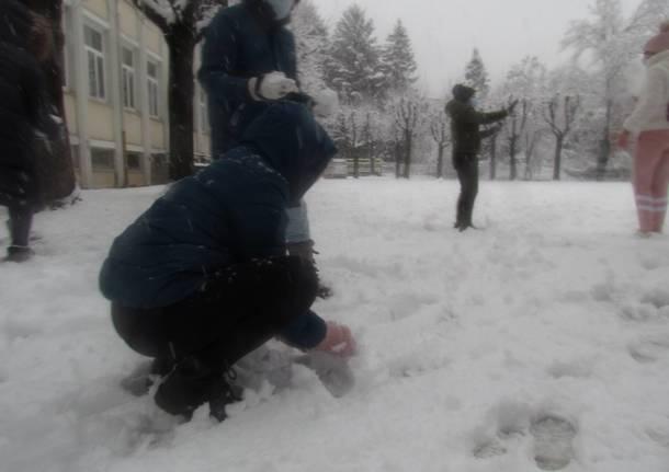 Giochi sotto la neve alla primaria Galilei di Varese