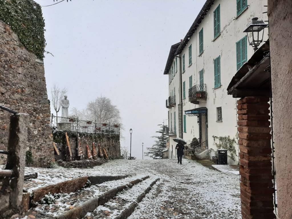 Il sacro Monte si risveglia con la prima neve