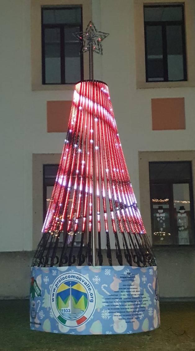 """L'albero di Natale """"smart"""" illumina Monvalle"""