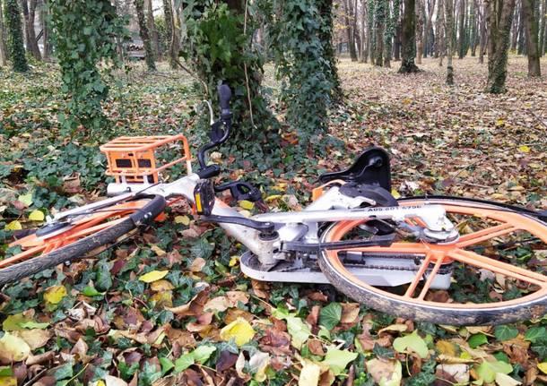 Da Milano a Caronno Pertusella, bici Mobike noleggiate e abbandonate