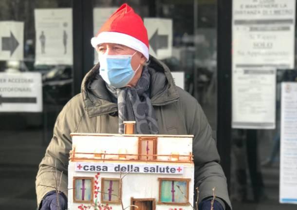"""Un regalo al sindaco di Saronno dalla delegazione cittadina de """"La Società della Cura"""""""