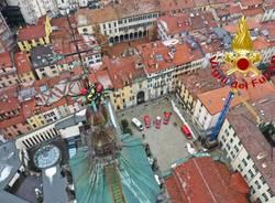 Varese - I Vigili del fuoco posano la corona per la festa dell'Immacolata