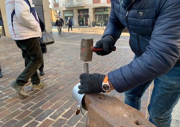 La distribuzione della büsecca 2021 a Somma Lombardo