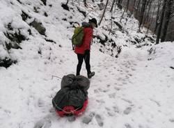 I volontari rimuovono i sacchi lasciati nel rifugio