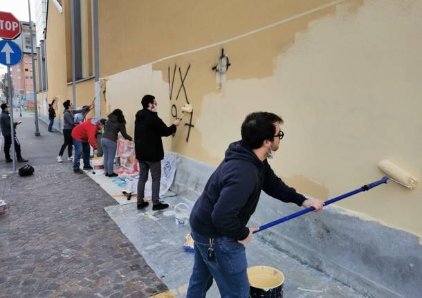"""Giovani democratici di Legnano """"imbianchini"""" per... una pennellata antifascista"""