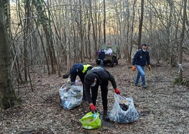 Gli enduristi ripuliscono i boschi di Varese dai rifiuti