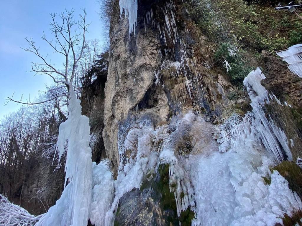 Le cascate ghiacciate alle grotte di Valganna