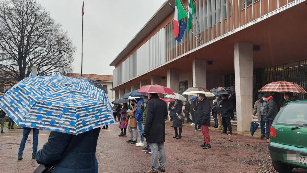 """Parabiago, commercianti in piazza contro la """"zona rossa"""""""