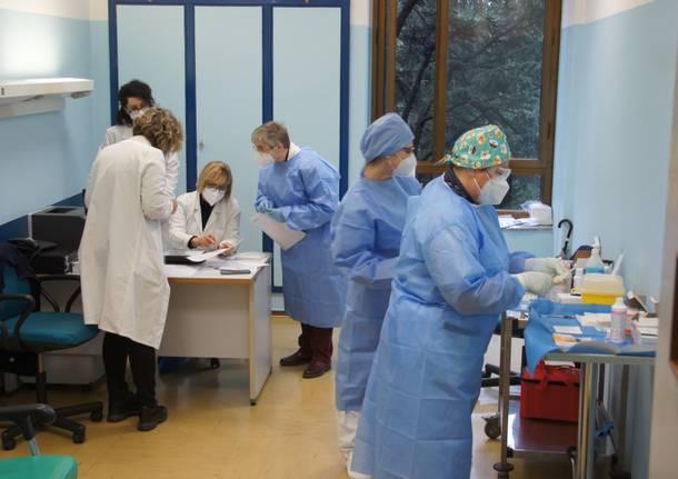 Primo giorno di vaccinazioni anti Covid-19 all'ospedale di Saronno