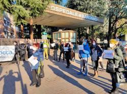 Saronno, il personale si riunisce davanti all'Ospedale e alza la voce