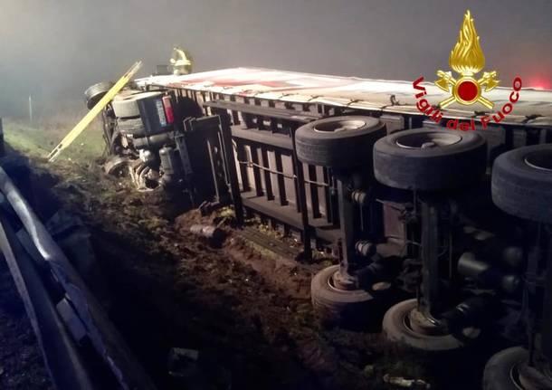 Schianto a Melegnano, tir sfonda il guardrail e finisce fuori strada
