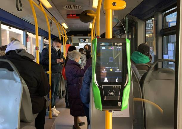 In bus alla scoperta della nuova macchina che convalida biglietti e abbonamenti a Varese