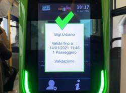 Un giro in bus per scoprire le nuove macchine per la convalida dei biglietti a Varese