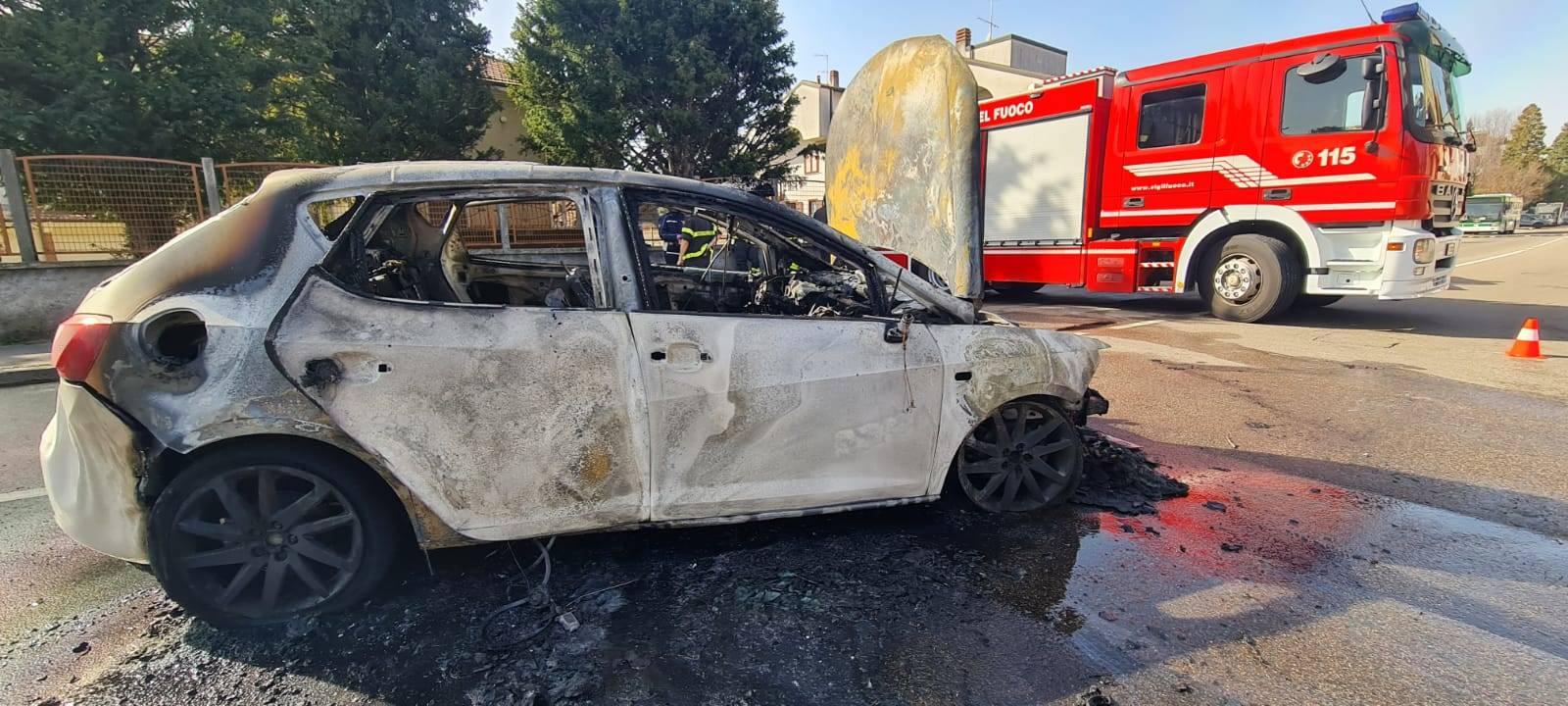 Auto in fiamme viale Lombardia Castellanza