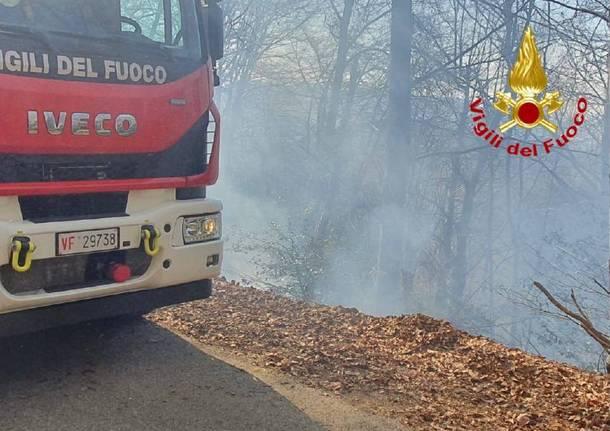 Rally dai laghi, un'auto cade dalla scarpata e si incendia a Boarezzo