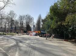 Una strada in porfido per il lungolago della Schiranna