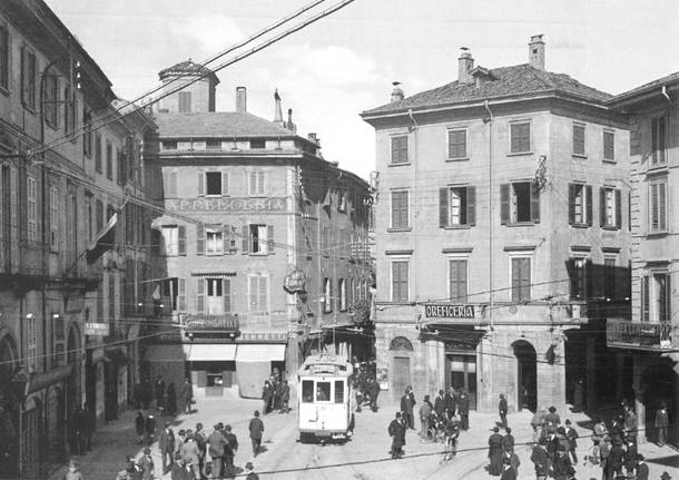 Varese Metamorfosi urbana: nella via Verbano, oggi via Marcobi, passava a malapena il tram bianco