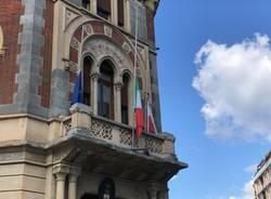 Bandiere a mezz'asta e minuto di silenzio nel Legnanese per le vittime del Covid
