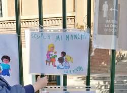 I disegni dei bambini sui cancelli delle scuole di Malnate