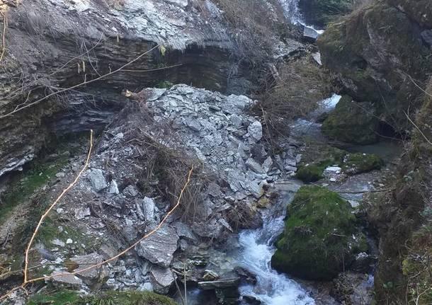 Frana sul torrente Tinella, cento metri cubi di roccia caduti al Ponte del diavolo di Casciago