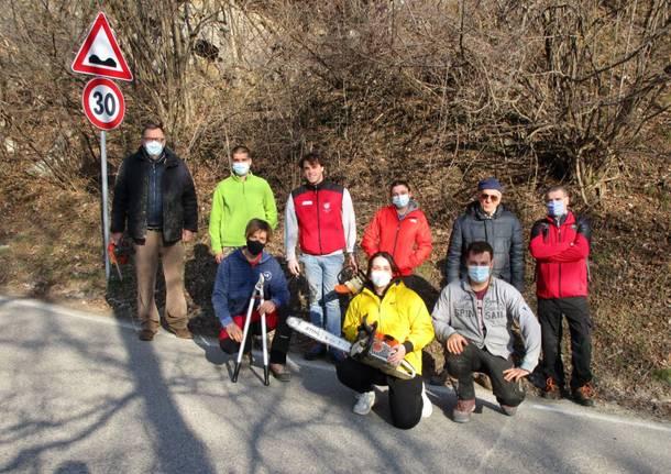 Gli amici del Campo dei Fiori ripuliscono i sentieri nei boschi