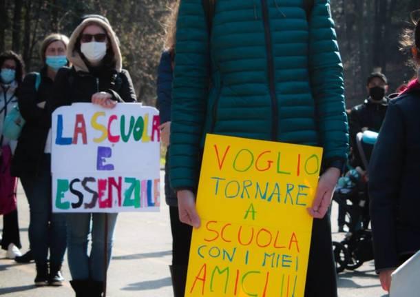 La manifestazione per la riapertura della scuola a Tradate