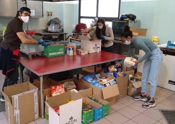 Le prime donazioni per il pranzo di Pasqua solidale