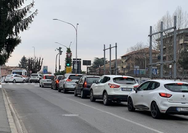 Ancora chiusa via Carnia: mentre si tenta di assorbire il gasolio, il traffico a Varese supera largo Flaiano