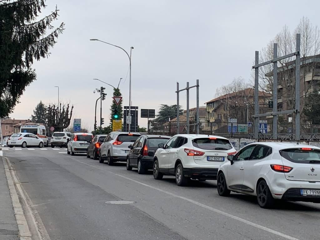 Perdita di idrocarburi in via Carnia. Altro giorno di chiusure e di traffico