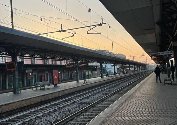 Primo giorno di arancione rinforzato, a Saronno stazione e strade deserte