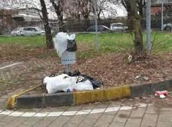Rifiuti abbandonati nel parcheggio di via Strobino