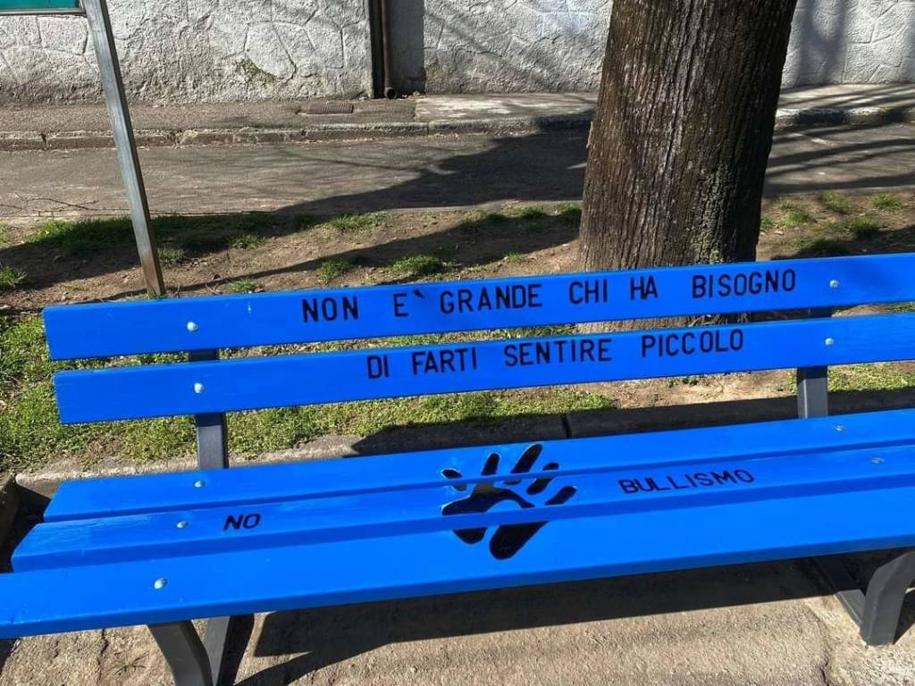 Una panchina blu contro il bullismo