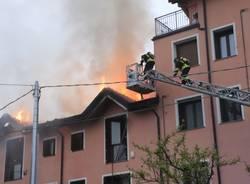A fuoco il tetto di una casa a Biandronno