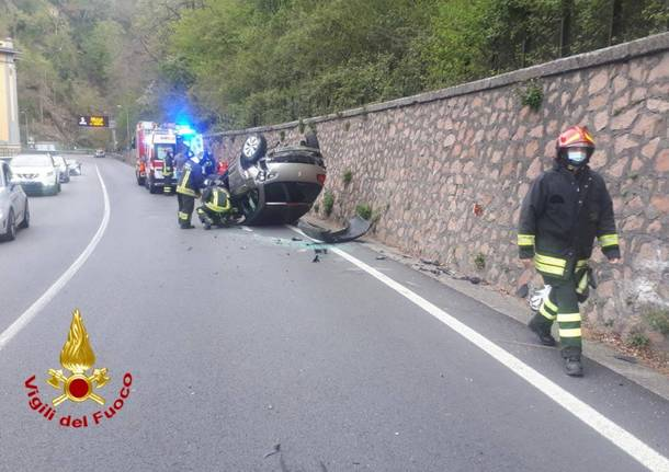 Auto ribaltata a Induno Olona