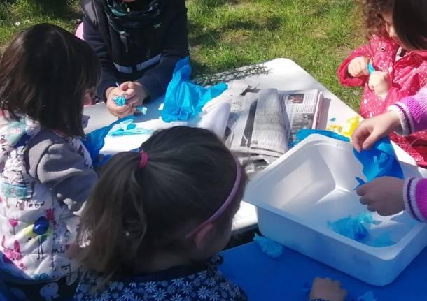 """I bambini della scuola materna di Lissago lanciano """"bombe di semi"""" per celebrare la Terra"""