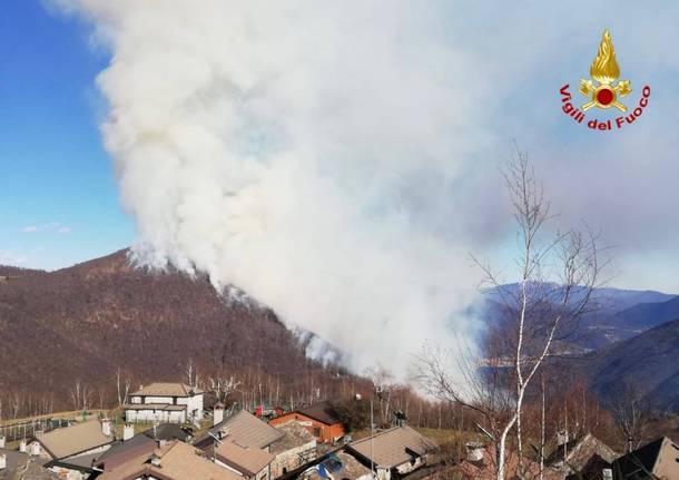 Incendio in Val Cannobina, i Vigili del Fuoco recuperano tre persone e un cane