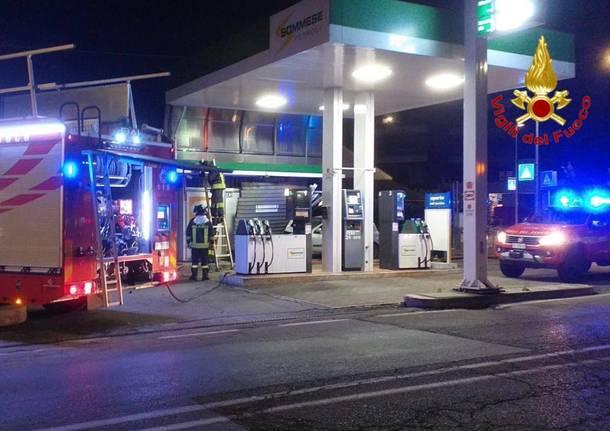 Varese, perde il controllo dell'auto e finisce dentro il benzinaio