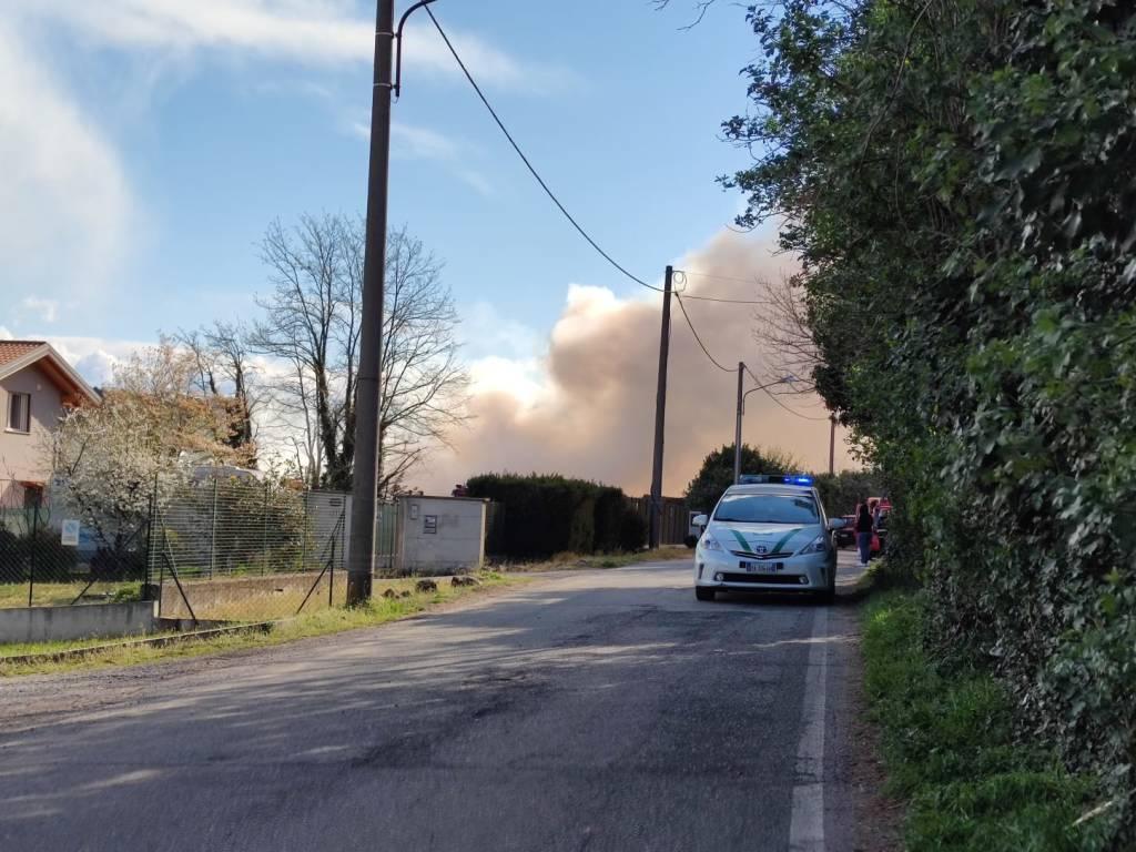 L\'incendio all\'azienda di legnami di Sesto Calende