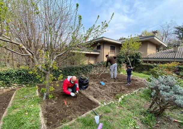 I genitori preparano l'orto della primaria Settembrini a Velate