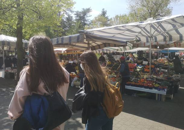 Mercato di Legnano - zona aranzione 17 aprile 2021