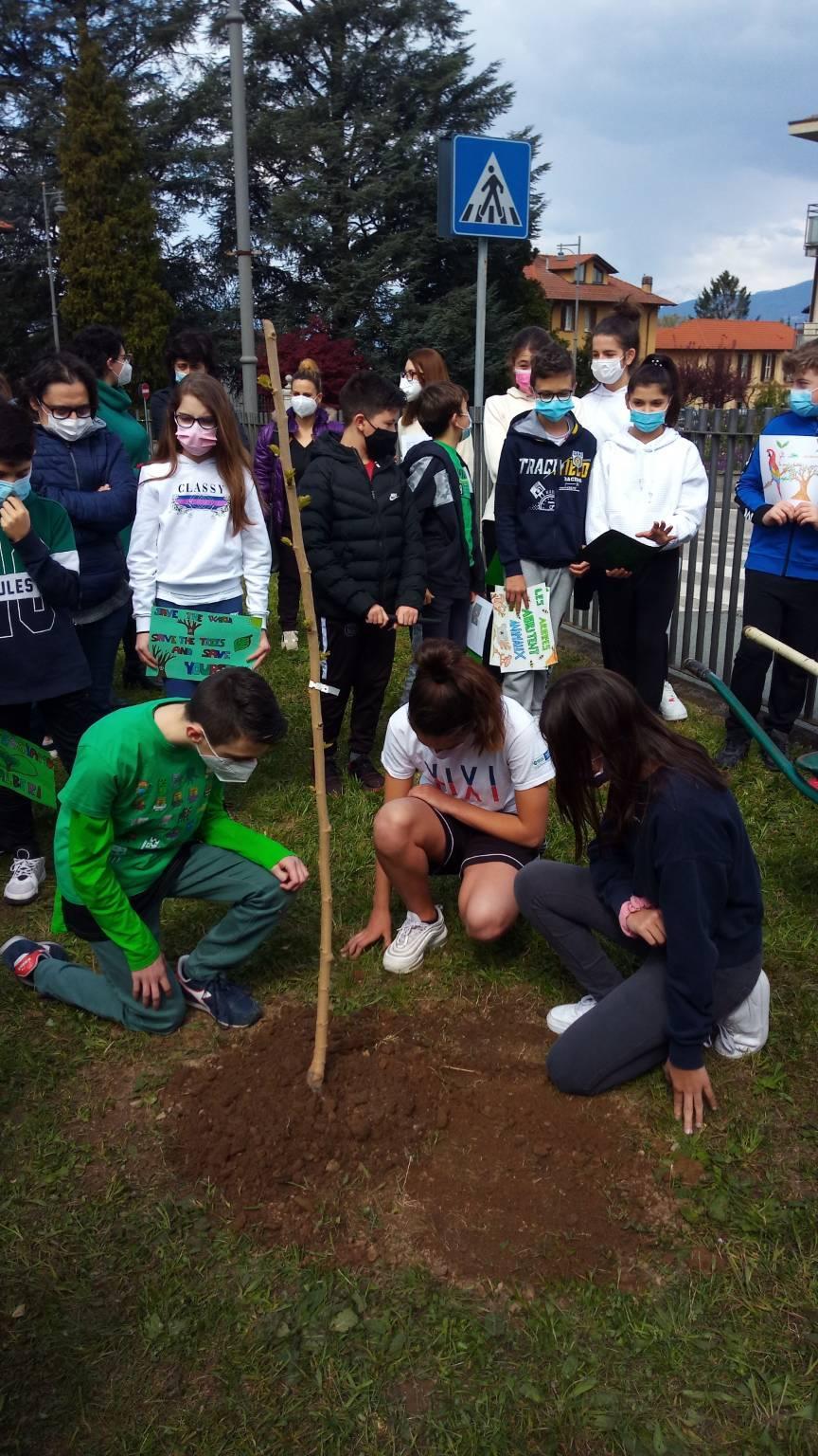 """""""Piantiamo sostenibilità"""" davanti alle scuole di Buguggiate"""
