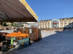 Prime ore di mercato in piazza Repubblica a Varese