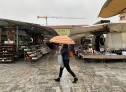 Primo giorno di mercato in piazza Repubblica con la pioggia