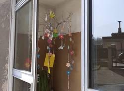 Un albero decorato dai bimbi del Villaggio Ignis a Travedona per festeggiare la Pasqua